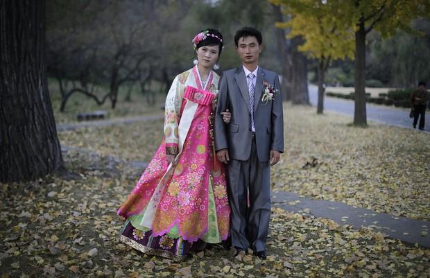 Cùng ngắm thêm 22 bộ váy cưới truyền thống tuyệt đẹp trên toàn thế giới - Ảnh 38.