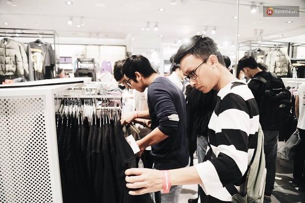 Khai trương H&M Hà Nội: Có hơn 2.000 người đổ về, các bạn trẻ vẫn phải xếp hàng dài chờ được vào mua sắm - Ảnh 28.