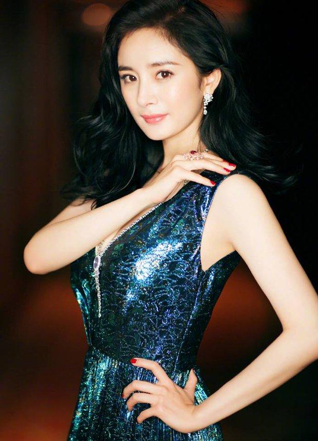 Thảm đỏ Weibo Films Night: Dương Mịch khoe vòng một căng đầy, Mỹ Nhân Ngư Lâm Duẫn sang chảnh đè bẹp đồng nghiệp - Ảnh 3.