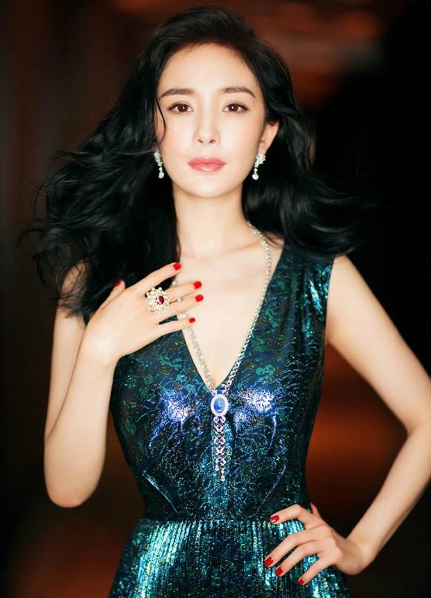 Thảm đỏ Weibo Films Night: Dương Mịch khoe vòng một căng đầy, Mỹ Nhân Ngư Lâm Duẫn sang chảnh đè bẹp đồng nghiệp - Ảnh 4.