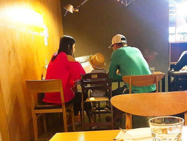 Giàu nứt đố đổ vách, Jeon Ji Hyun, chồng CEO và quý tử lại dung dị như thế này vào Ngày của bố - Ảnh 1.