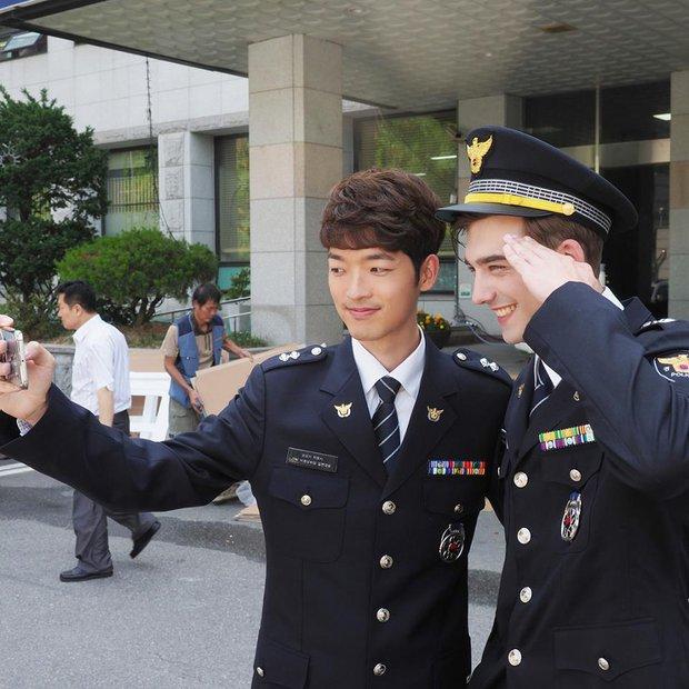 Hoá thân thành cảnh sát Hàn, mẫu Tây khiến chị em đổ gục vì quá điển trai - Ảnh 3.