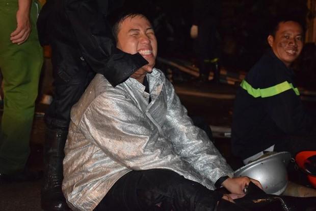 Gặp cậu lính cứu hoả suốt đêm chữa cháy ở cảng Sài Gòn: 5h30 sáng mình rời hiện trường để kịp 7h vào thi Lý - Ảnh 1.