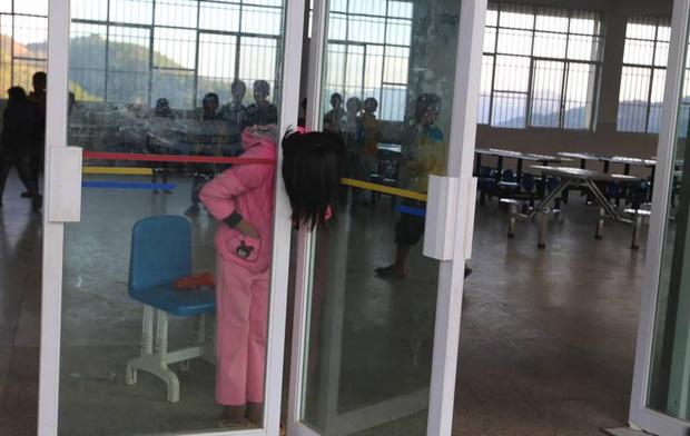 Trung Quốc: Mải đùa nghịch, bé gái 13 tuổi kẹt cứng đầu vào giữa cánh cửa kính - Ảnh 2.