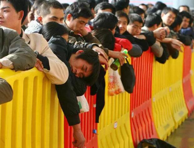 Những hình ảnh chen chúc kinh hoàng trong đợt di cư về quê ăn Tết ở Trung Quốc - Ảnh 19.