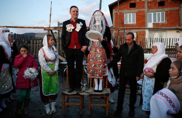 Cùng ngắm thêm 22 bộ váy cưới truyền thống tuyệt đẹp trên toàn thế giới - Ảnh 3.