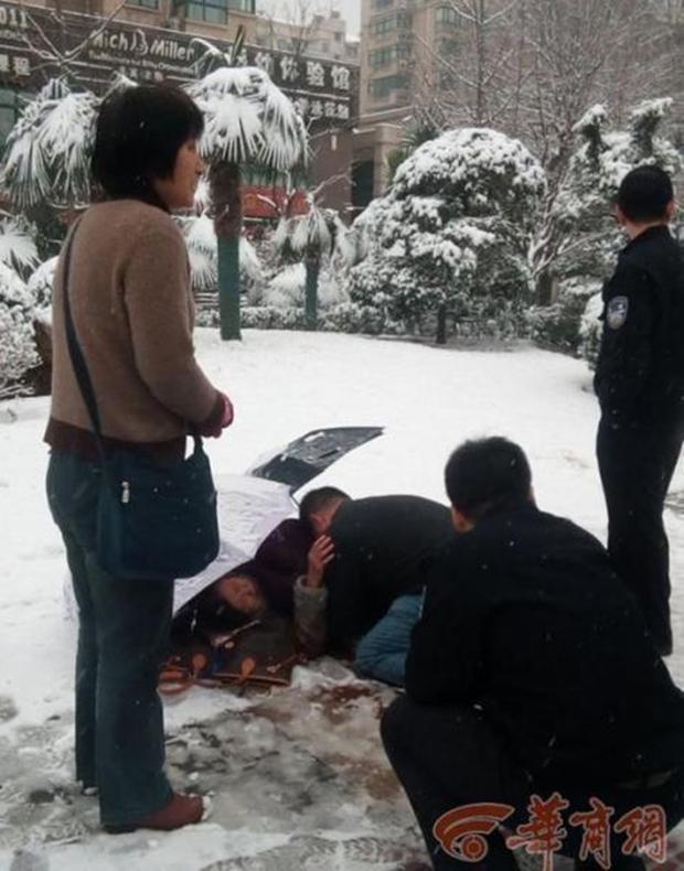Ấm áp giữa ngày giá lạnh: Người đi đường sẵn sàng cởi áo sưởi ấm cho bà cụ ngã giữa nền tuyết - Ảnh 2.