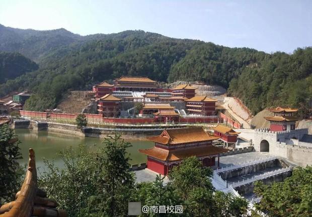 Sinh viên Trung Quốc thích thú với trường học có lối thiết kế như Hoàng cung, đi học như lên chầu - Ảnh 1.
