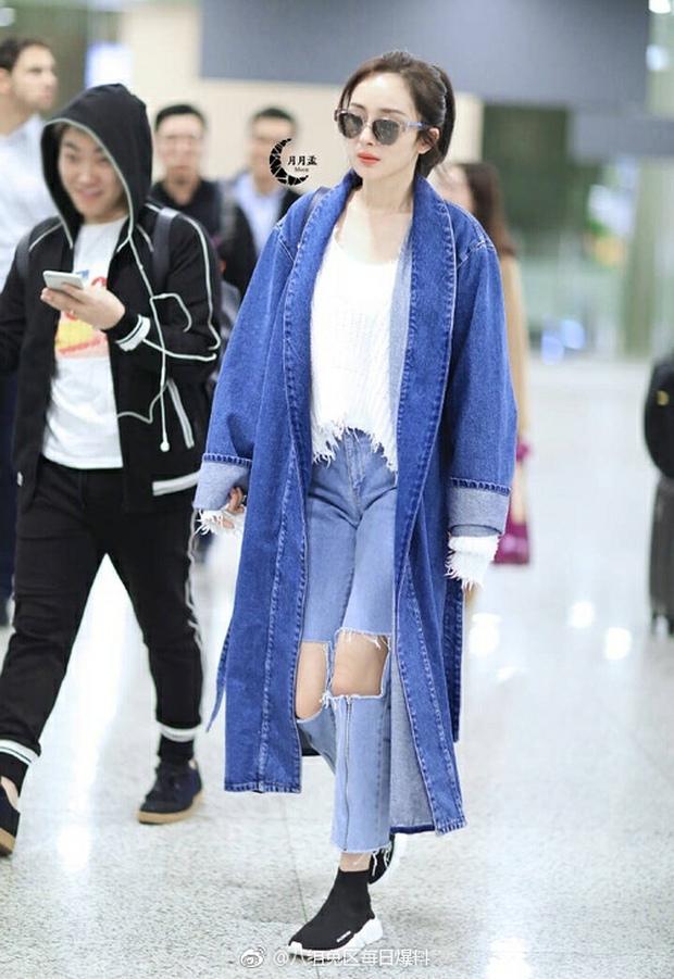 Những màn khoe chân đỉnh cao chứng minh: Dương Mịch chính là nữ hoàng sân bay số 1 Cbiz! - Ảnh 15.