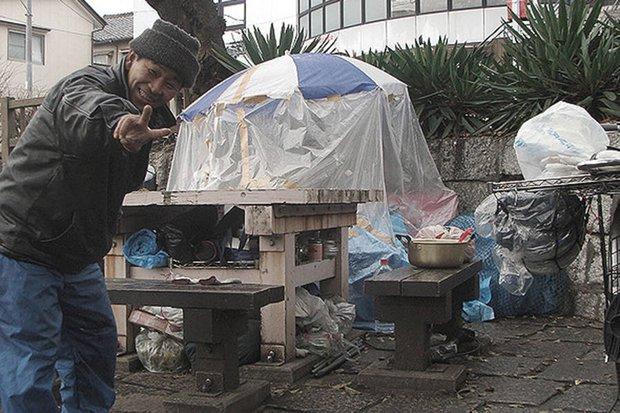 Người đàn ông sống chui lủi 3 năm trong căn gác mái nhà vệ sinh công cộng, tích trữ 500 chai nước tiểu - Ảnh 2.