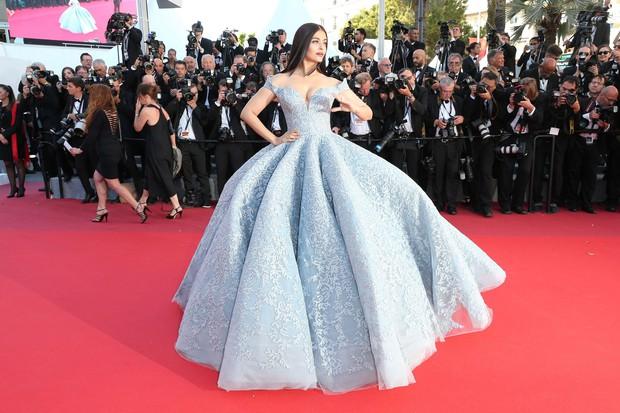 Cận cảnh chiếc đầm Lọ Lem đẹp nín thở của Hoa hậu đẹp nhất thế giới Aishwarya Rai trên thảm đỏ Cannes - Ảnh 1.