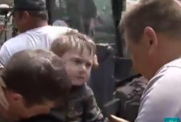 Video hàng chục triệu lượt xem: Anh hùng nhí xả thân cứu sống em bé mắc kẹt dưới giếng nước - Ảnh 3.