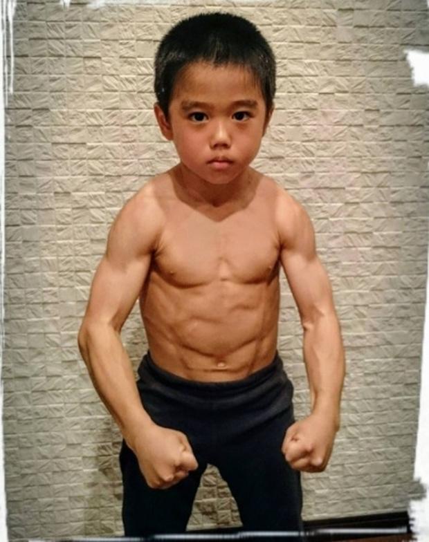 Cậu bé 7 tuổi người Nhật khiến cả thế giới kinh ngạc vì màn trình diễn tuyệt vời y hệt huyền thoại Lý Tiểu Long - Ảnh 2.