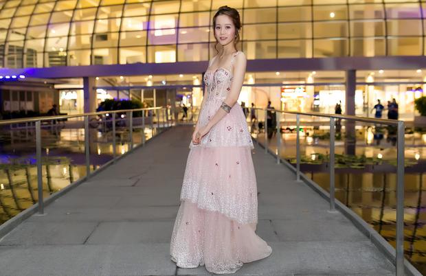 An Nguy hai lưng và Kelly Nguyễn gợi cảm, ai diện chiếc đầm hồng công chúa xinh hơn? - Ảnh 2.