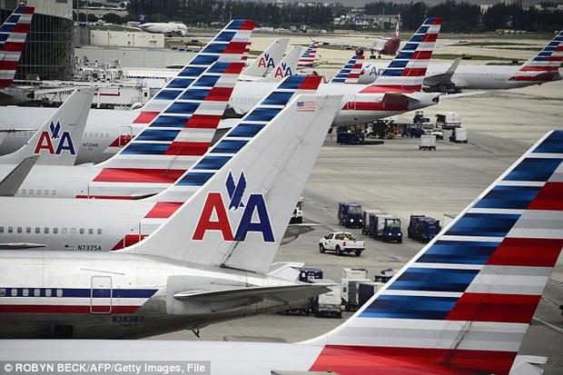 Bê bối mới của American Airlines: Thi thể nữ hành khách bị kéo lê trong tình trạng bán khỏa thân dọc máy bay - Ảnh 2.