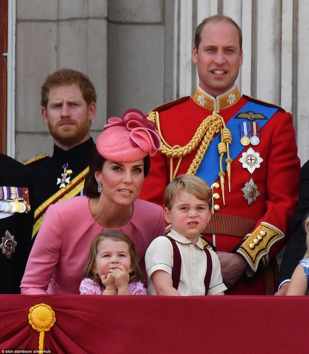 Công chúa nhỏ tựa vai, bắt chước hành động siêu đáng yêu của anh trai trong lễ mừng sinh nhật Nữ hoàng Anh - Ảnh 1.