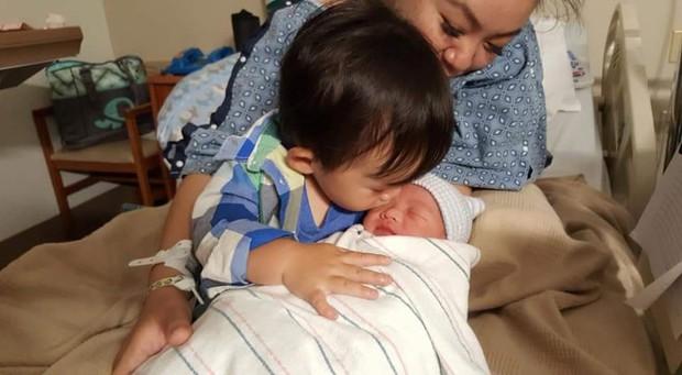 Bé Xuân Mai hạnh phúc đón con trai thứ hai vừa chào đời tại Mỹ - Ảnh 2.