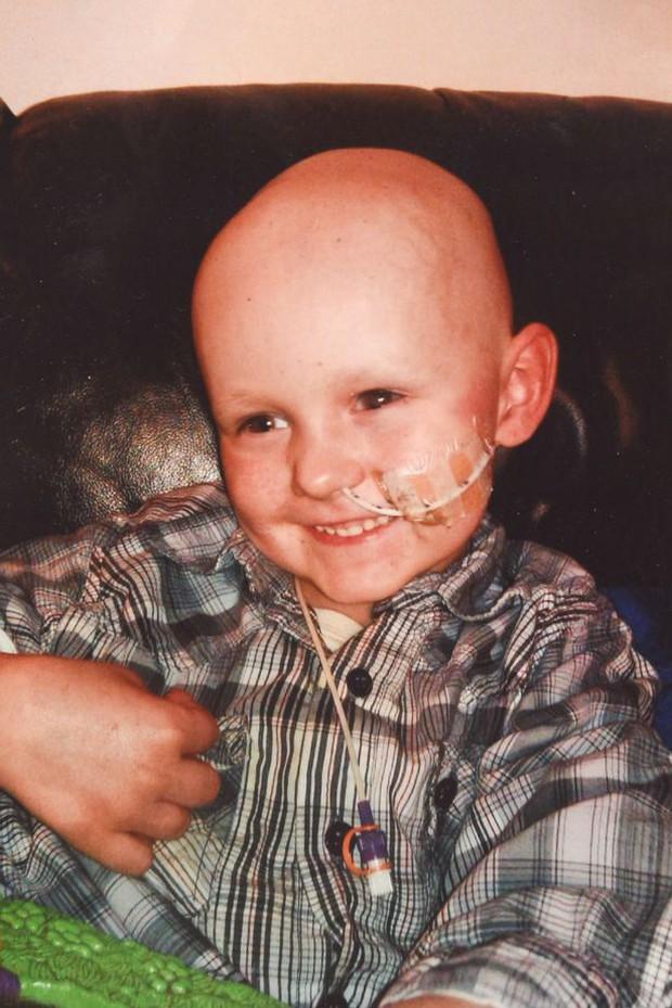 Dùng chút sức lực cuối cùng trước khi ra đi mãi mãi vì ung thư, thiên thần nhí gọi tên ông bà bố mẹ rồi nói Chụp ảnh đi bố mẹ ơi - Ảnh 3.
