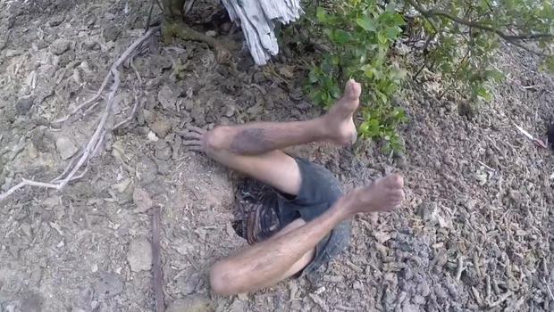Người đàn ông chui nửa người xuống lòng đất để bắt cua cụ khổng lồ có cặp càng sắc nhọn - Ảnh 3.