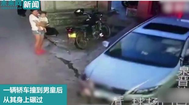 Bế con nhỏ đứng nhìn bé trai bị ô tô chèn qua người, bà mẹ trẻ không thèm biểu lộ cảm xúc - Ảnh 3.