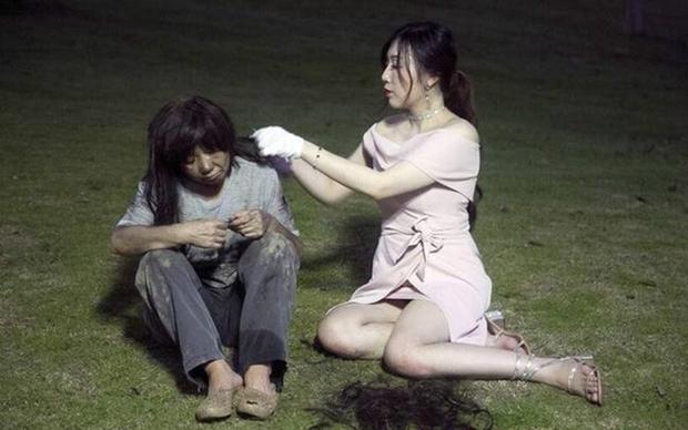 Hot girl lẽo đẽo đi theo người vô gia cư trong công viên và nguyên nhân thật sự khiến cho nhiều người bất ngờ - Ảnh 3.