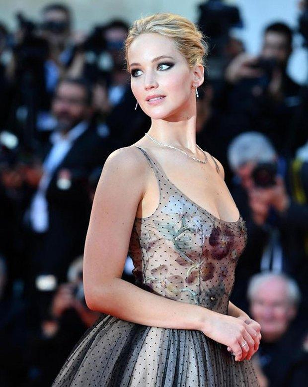 Jennifer Lawrence lộng lẫy như nữ thần, suýt hớ hênh ngực trên thảm đỏ LHP Venice - Ảnh 1.