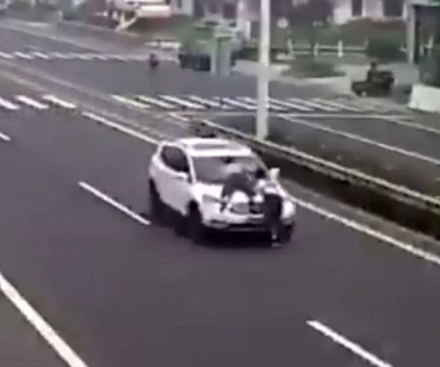 Không đòi được tiền, cặp đôi trẻ leo lên nóc ca-pô của xe hơi đang chạy để... ăn vạ - Ảnh 3.