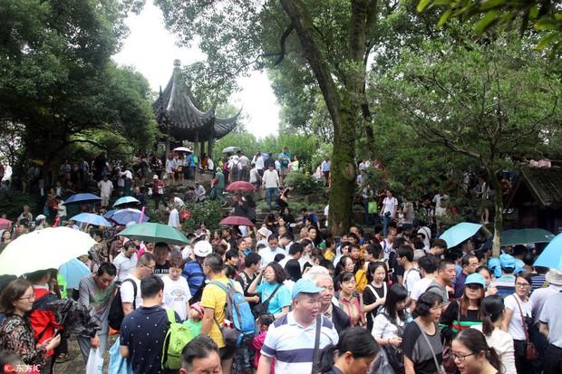 Nghỉ lễ theo phong cách biển người ở Trung Quốc: Ngày đầu kẹt xe, ngày giữa chen chúc, ngày cuối tắc đường - Ảnh 3.