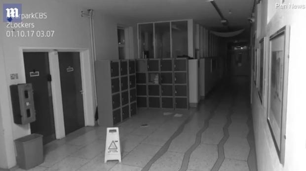 Thấy đồ đạc xáo trộn, ban giám hiệu bật camera giám sát thì phát hiện cửa tủ đồ rung lắc, tự mở giữa đêm - Ảnh 3.
