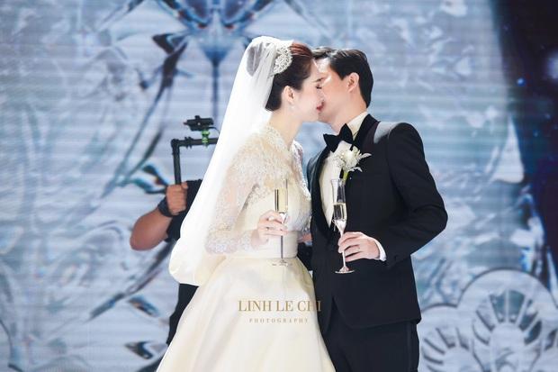 Bạn có nhận ra váy cưới của Hoa hậu Thu Thảo giống váy cưới của Công nương Grace Kelly đến bất ngờ? - Ảnh 2.