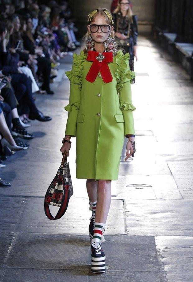 Hà Hồ diện giày bánh mì kiện tướng 20cm, fan thảng thốt hỏi: Chị mang đôi này thì cao 2 mét ư? - Ảnh 2.