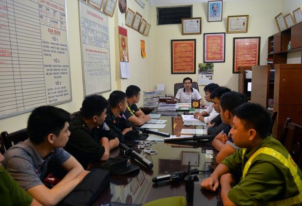 Hà Nội ra quân tổng kiểm tra, kiểm soát hành chính trong đêm: Đang ngồi uống nước, bị mời về phường vì không mang giấy tờ tuỳ thân - Ảnh 2.