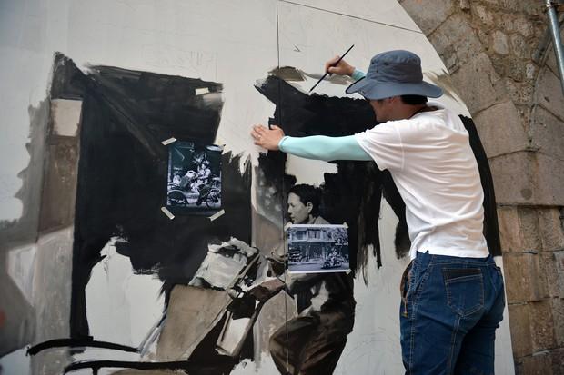 Hà Nội: Những bức bích họa đầu tiên được khai bút trên phố Phùng Hưng - Ảnh 2.