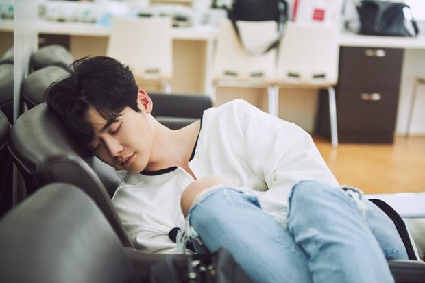 5 kiểu ngủ sai cách nhiều người mắc phải gây hại sức khỏe không ngờ - Ảnh 1.