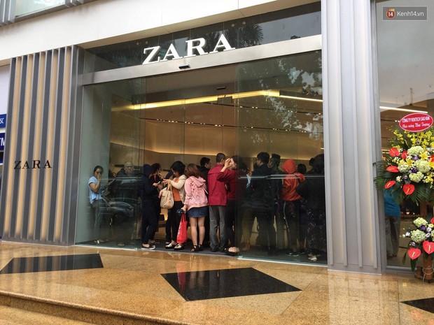 Zara Hà Nội khai trương: Tới trưa khách đông nghịt, ai cũng nô nức mua sắm như đi trẩy hội - Ảnh 13.