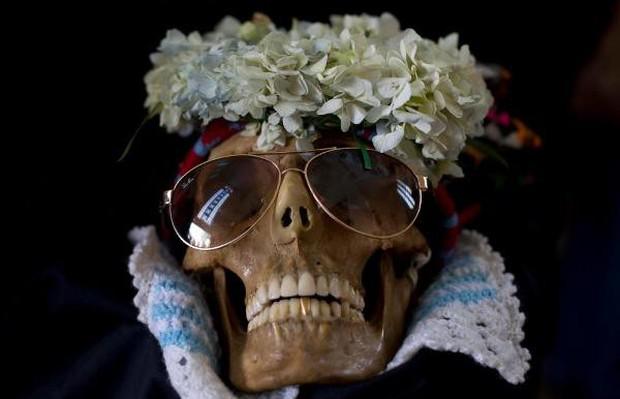 Lễ hội đáng sợ tại Bolivia: Đưa đầu lâu người thân dạo chơi khắp nơi cùng kính râm, mũ rộng vành như người còn sống - Ảnh 2.
