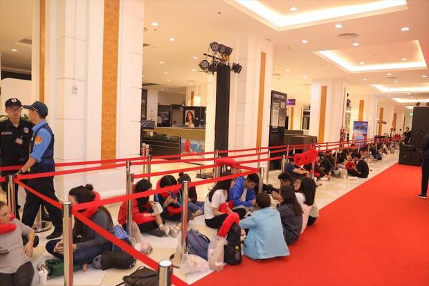 Khai trương H&M Hà Nội: Có hơn 2.000 người đổ về, các bạn trẻ vẫn phải xếp hàng dài chờ được vào mua sắm - Ảnh 37.