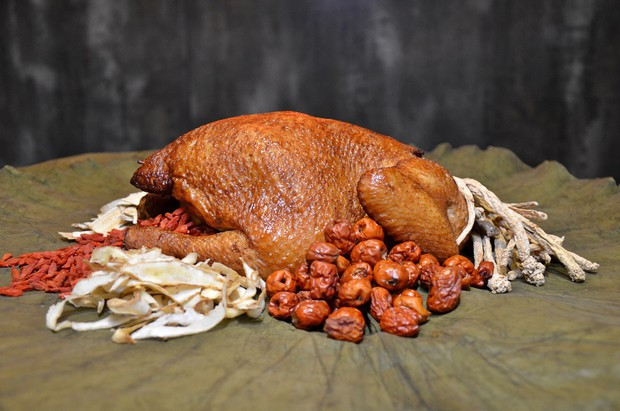 Gà ăn mày ở Trung Quốc, ngay cả cái tên cũng đủ thu hút người ăn - Ảnh 1.