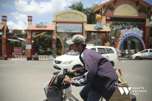 """Chuyện đời """"cũng bình thường thôi"""" của chàng shipper khuyết tật miệt mài đạp xe giao hàng khắp Sài Gòn - Ảnh 1."""