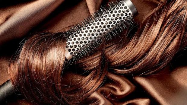 Những thói quen khiến cho mái tóc mùa đông vốn đã bết dầu lại càng nhanh bết - Ảnh 2.