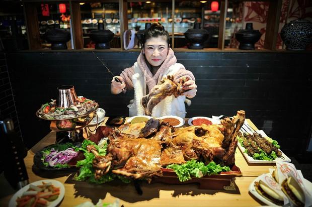 Bé một mẩu nhưng cô nàng người Trung Quốc này có thể ăn hết cả con cừu 15 kg khiến nhiều người bất ngờ - Ảnh 2.