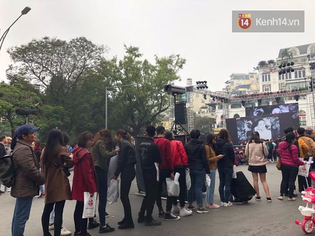 Fan Mỹ Tâm xếp hàng dài ở phố đi bộ Hồ Gươm chờ ký tặng từ sớm, nhảy flashmob vũ điệu say rượu tưng bừng - Ảnh 4.
