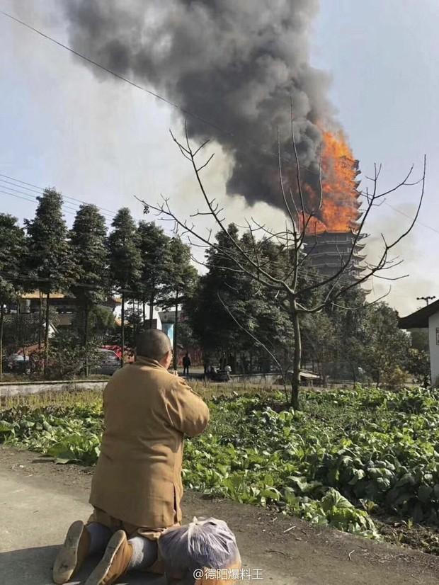 Trung Quốc: Cửu lung linh tháp gỗ 500 tuổi cao nhất châu Á bốc cháy ngùn ngụt trong biển lửa - Ảnh 3.