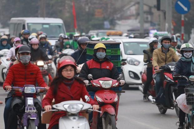 Đường phố Sài Gòn và Hà Nội đông đúc sau ngày làm việc cuối cùng trong năm 2017 - Ảnh 27.