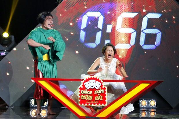 Én vàng: Hết đụng độ người cũ, Mai Tài Phến lại bị fan cuồng nhảy cả vào lòng, cưỡng hôn trên sân khấu - Ảnh 8.