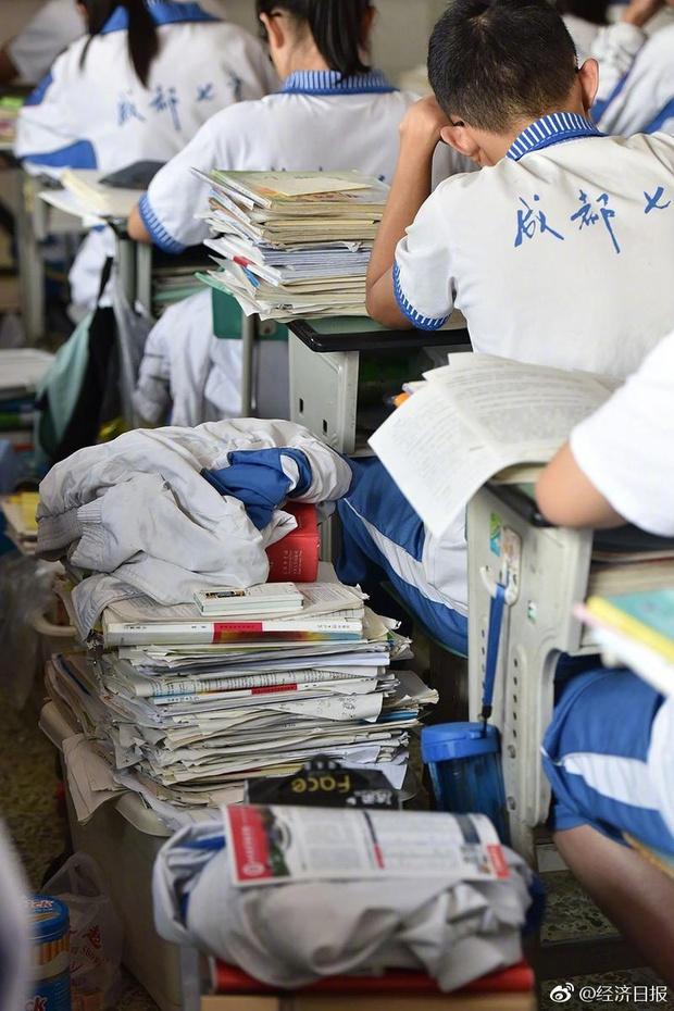 Trung Quốc nóng hừng hực trong mùa Gaokao - một trong những kỳ thi khốc liệt nhất thế giới - Ảnh 1.
