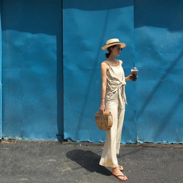 Dép tông, dép lào giờ đã thành món đồ sành điệu, được các fashionista xứ Hàn diện cùng đồ đi chơi cực chất - Ảnh 21.