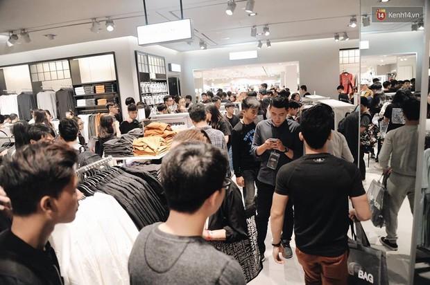 Khai trương H&M Hà Nội: Có hơn 2.000 người đổ về, các bạn trẻ vẫn phải xếp hàng dài chờ được vào mua sắm - Ảnh 23.