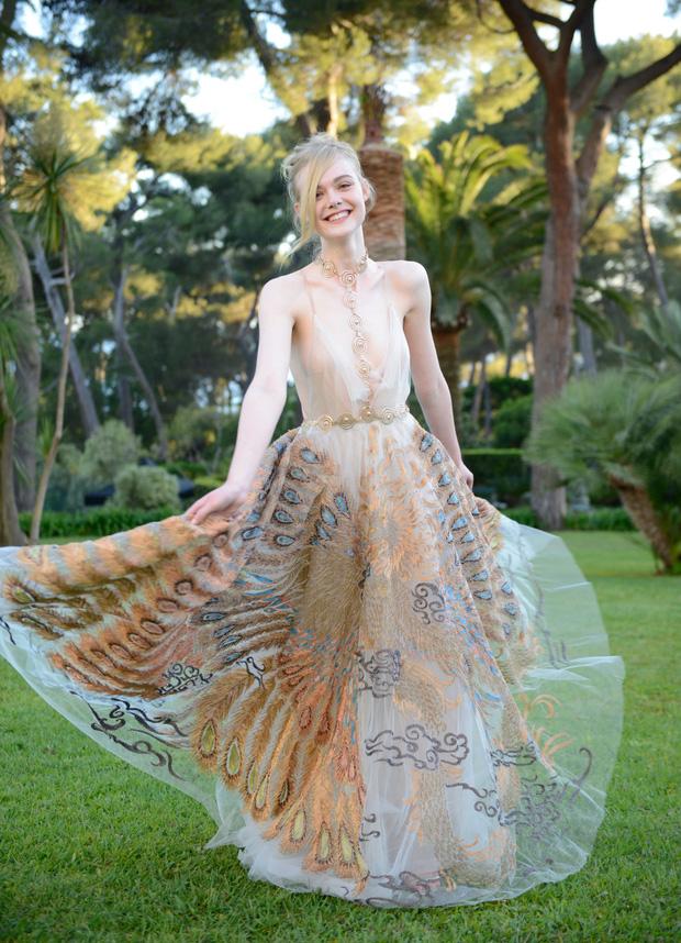 Tiên nữ giáng trần là câu miêu tả chính xác Elle Fanning tại LHP Cannes các năm! - Ảnh 17.