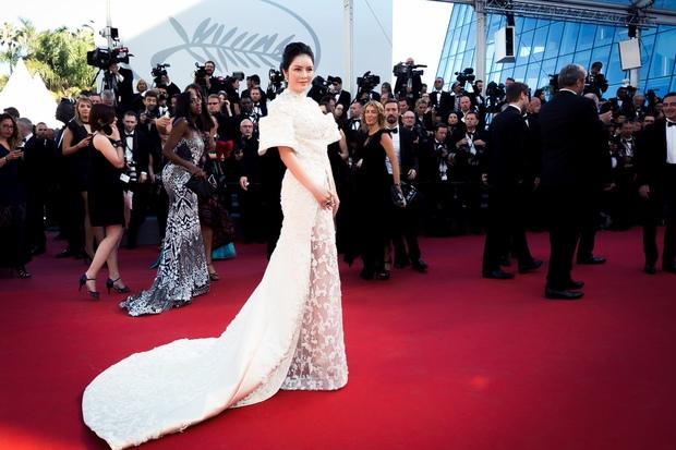Không thua chị kém em, Lý Nhã Kỳ lộng lẫy như bà hoàng trên thảm đỏ khai màn LHP Cannes 2017 - Ảnh 7.